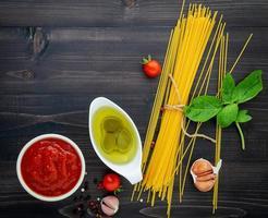 vista dall'alto ingrediente di spaghetti foto