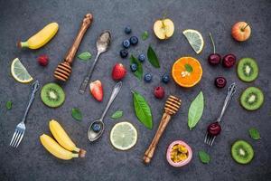 frutta fresca e utensili foto