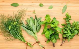 mazzi di erbe aromatiche foto
