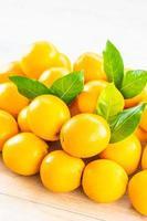 arance fresche su un tavolo di legno foto