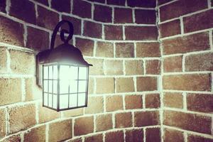 lampada su un muro di mattoni foto