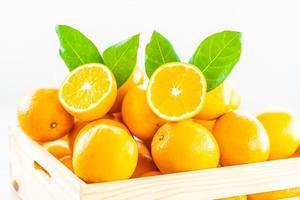 arance fresche in una scatola di legno foto