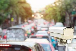 telecamera di sicurezza del traffico che si affaccia sul traffico fuori fuoco foto