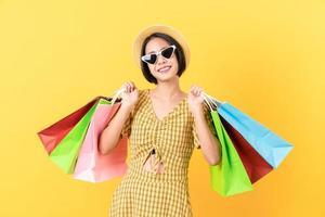 donna che tiene multi sacchetti della spesa colorati.