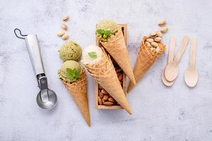 gelato al pistacchio e vaniglia in coni foto