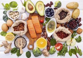 salmone e altri ingredienti su bianco foto