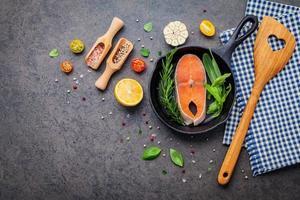 filetto di salmone con ingredienti freschi foto