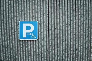un segnale stradale per sedie a rotelle sulla strada nella città di bilbao, spagna foto