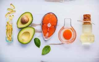 vista dall'alto di ingredienti sani su uno sfondo bianco squallido foto