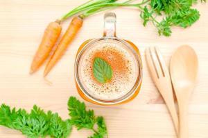 bicchiere di succo di carota fresca foto