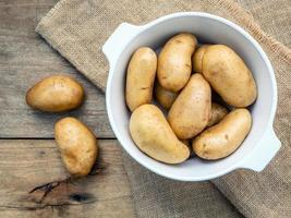 patate fresche biologiche in una ciotola foto