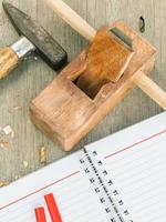 strumenti per la lavorazione del legno e notebook foto