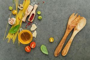 ingredienti per spaghetti con utensili in legno foto