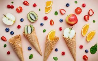 frutta fresca e coni di cialda foto
