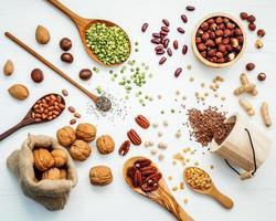 vista dall'alto di ingredienti sani su bianco foto