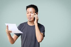 un uomo che è frustrato quando legge i suoi rapporti finanziari