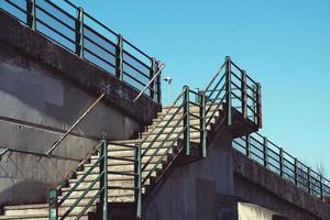 architettura scale sulla strada nella città di bilbao, spagna foto