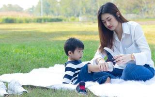 madre asiatica e figlio felicemente nel parco foto