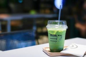 tè verde matcha ghiacciato latte sul tavolo foto