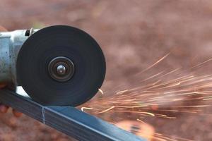 tagliare l'acciaio con una sega foto