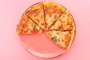 pizza su sfondo rosa