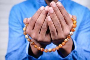 mani dell'uomo musulmano che pregano foto