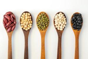 raccolta di semi di grani interi isolati su sfondo bianco