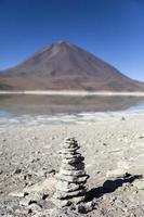 lago laguna verde e vulcano licancabur in bolivia foto