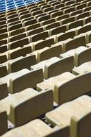 primo piano dettaglio dei sedili dello stadio marrone foto