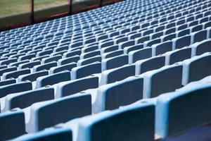 primo piano dettaglio dei sedili dello stadio blu foto