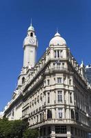 edificio legislativo della città e torre dell'orologio nel distretto di montserrat di buenos aires foto