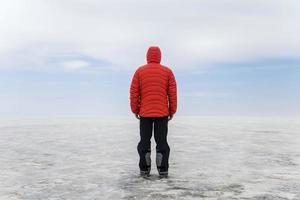 giovane uomo in giacca invernale con cappuccio al Salar de Uyuni Salt Flat in Bolivia