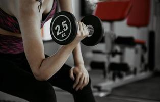 donna fitness in allenamento con addominali forti che mostra in palestra