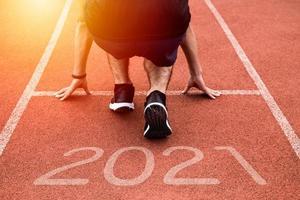 nuovo anno o iniziare il concetto dritto. primo piano di un corridore atleta che corre verso il successo e nuovi risultati sul percorso con iscrizione 2021