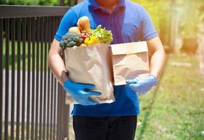 fornitori di servizi di ristorazione che indossano maschere e guanti. stare a casa riduce la diffusione del virus covid-19