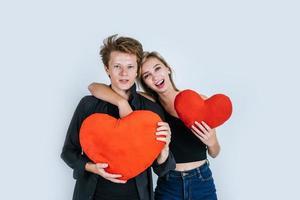 coppia felice amorevole insieme in possesso di un cuore rosso