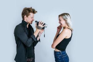 felice ritratto di coppia in possesso di videocamera e la registrazione di un video