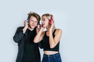 felice giovane coppia in cuffia ascoltando musica in studio