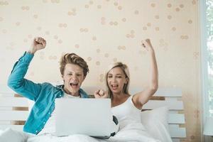 coppia felice guardando il calcio di calcio sul letto