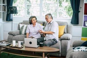 coppia senior insieme nel loro soggiorno