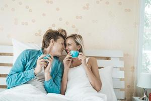 coppia felice di bere il caffè al mattino