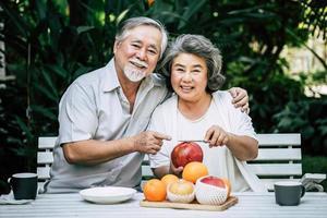 coppia di anziani giocando e mangiando un po 'di frutta
