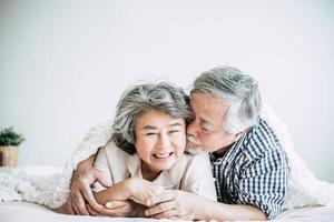 felice coppia senior ridendo in camera da letto