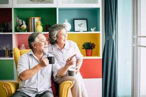 coppia di anziani parlare insieme e bere caffè o latte