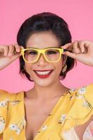 ritratto di donna alla moda con occhiali da sole