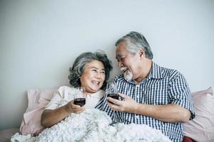 coppia di anziani godendo il loro anniversario in camera da letto