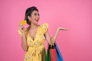 donna alla moda con borse della spesa e carta di credito