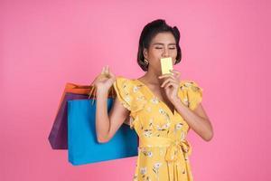 donna alla moda con borsa della spesa e carta di credito