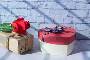 Close up di scatola regalo a forma di cuore sul tavolo foto