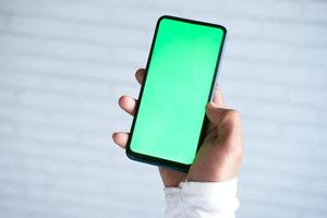 mano che tiene un telefono foto
